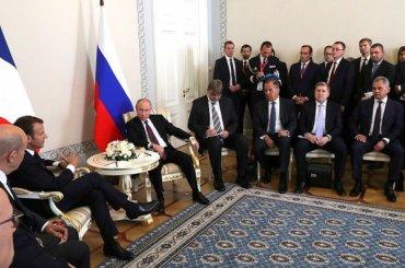 Путин иМакрон начали переговоры вКонстантиновском дворце