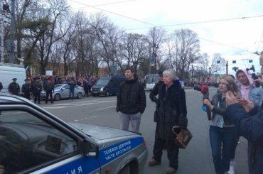 Протестующие вПетербурге заблокировали машину ДПС
