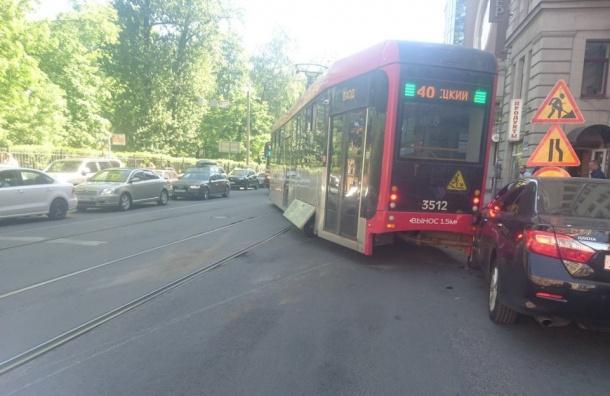 Трамвай сошел срельсов наПетроградской стороне