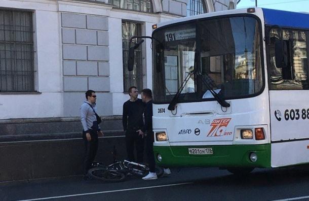 Велосипедист попал под автобус наНевском
