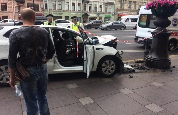 Автомобиль вцентре Петербурга врезался вограждения: двое пострадавших