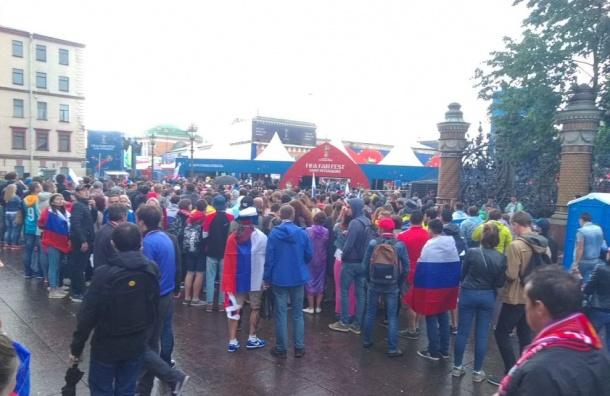 Перед фан-зоной наКонюшенной площади снова очереди
