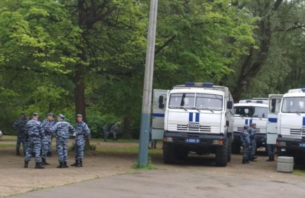 Автозаки сОМОНом иполицейское начальство ждет митингующих вУдельном парке