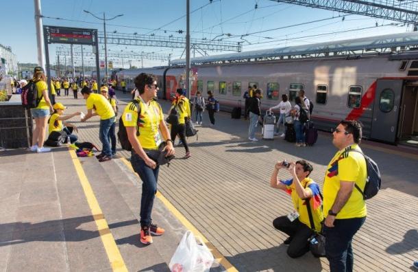 Около 70 тысяч болельщиковЧМ приехали вПетербург поездом