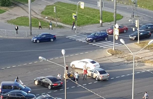 Иномарка сбила мотоциклиста вПриморском районе