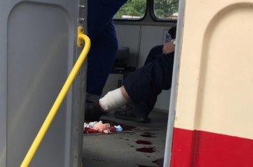 Повредившему ногу мужчине оказывают помощь втрамвае наЛуначарского