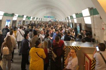 Поезда ходят позеленой ветке метро сувеличенным интервалом