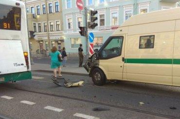 Инкассаторская машина врезалась вавтобус наЛиговском проспекте