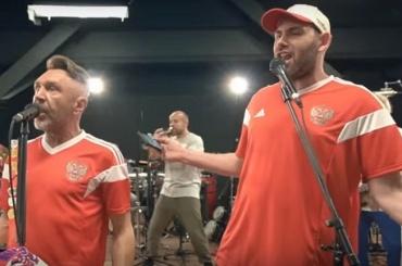 Cлепаков иШнуров готовы целовать бутсы футболистам