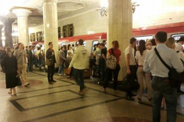 Поломка нового поезда в«Автово» парализовала движение покрасной ветке