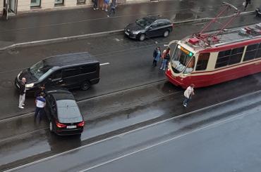 Авария перегородила трамвайные пути наЗвенигородской улице вПетербурге