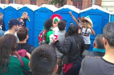Мексиканские болельщики вочереди втуалет начали танцевать