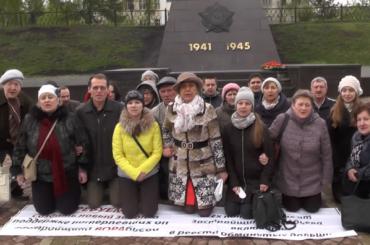 Обманутые дольщики Екатеринбурга встали наколени для Путина