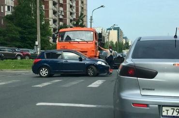 Авария сучастием мусоровоза произошла наКамышовой улице
