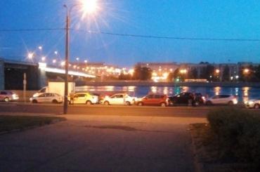 «Паровозик» изшести автомобилей образовался ночью наОктябрьской набережной