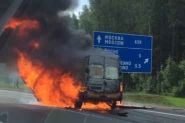 Микроавтобус загорелся на Московском шоссе
