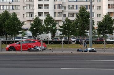 Мотоциклиста сбили насмерть наКомендантском проспекте вПетербурге