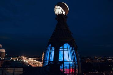 Купол Дома Зингера подсветили триколором вчесть победы сборной России