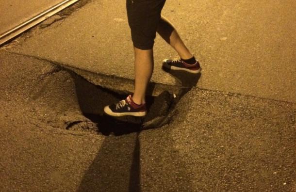 Петербургские водители предупреждают обочень опасной яме