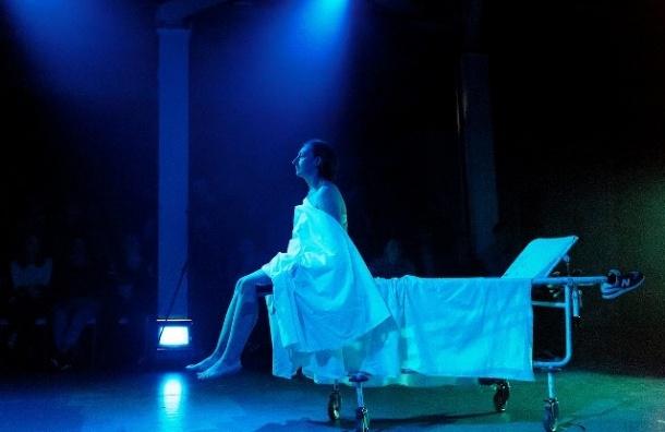 ВПетербурге показали эскиз спектакля покниге «Посмотри нанего»