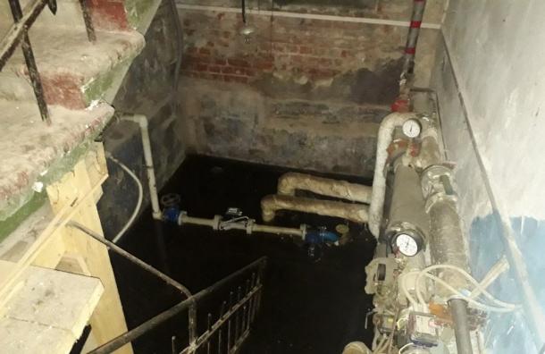 Коммунальщики откачивают воду изподвала дома наРемесленной