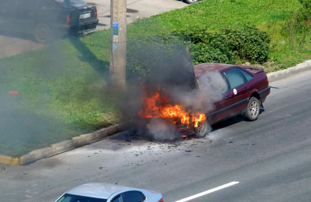 Автомобиль сгорел наИндустриальном проспекте вПетербурге