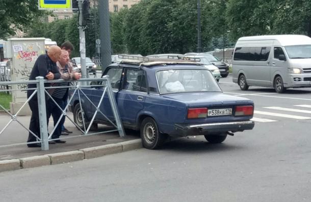 «Жигули» снесли ограждение пешеходной зоны вПетербурге