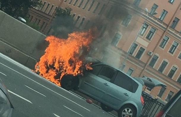 Водитель успел выбраться изгорящей машины наМосковском проспекте
