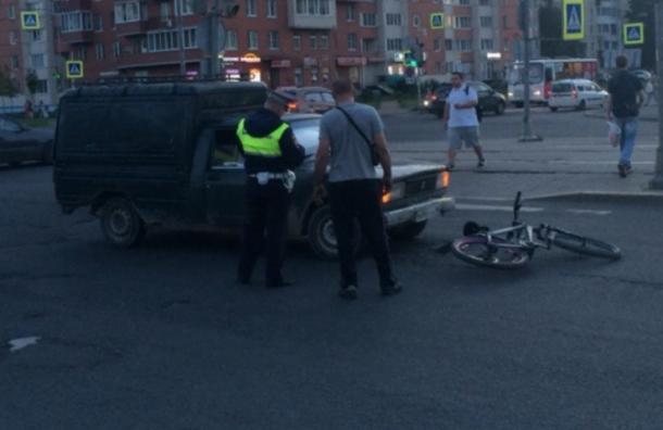 «Пирожок» сбил велосипедиста наулице Дыбенко вПетербурге