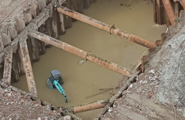 Экскаватор спасали отдождя вПетербурге