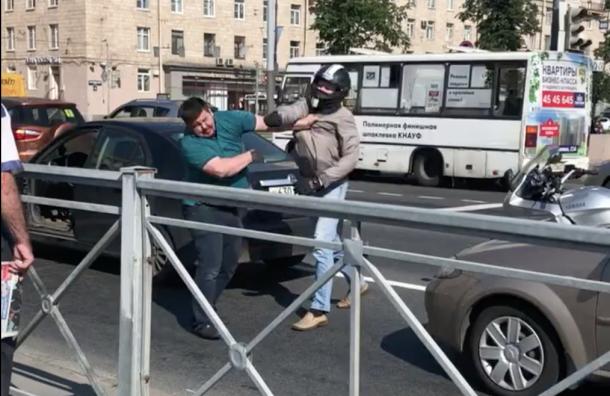Драка двух водителей создала пробку наМосковском проспекте (ВИДЕО)