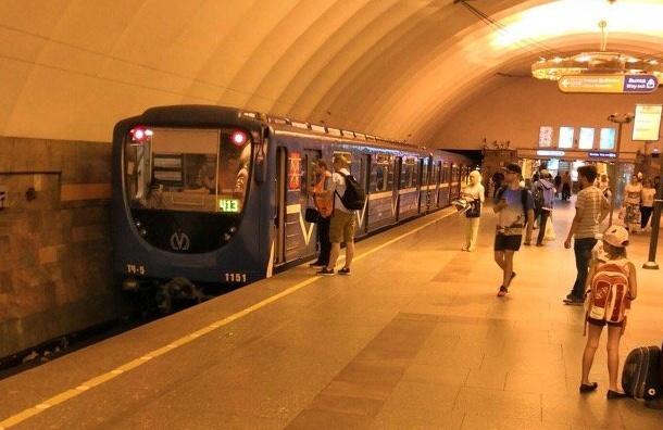 Человек упал напути впетербургском метро