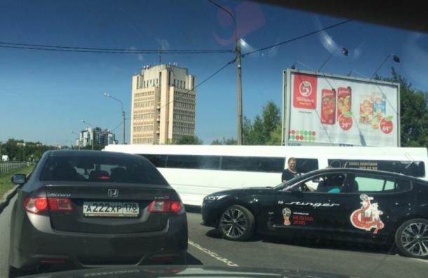 Лимузин Hummer перегородил улицу Орджоникидзе вПетербурге