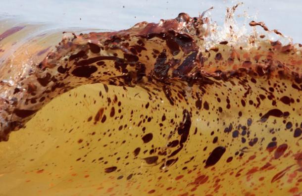Умоста Александра Невского обнаружили разлив нефти