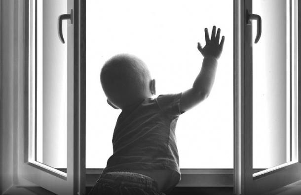 Трехлетняя девочка выпала изокна вПетербурге