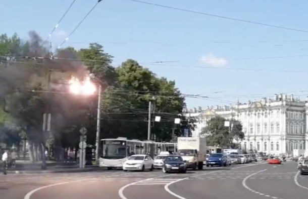 Троллейбусные провода горят возле Дворцовой площади