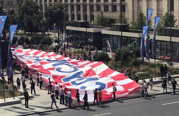 Хорватские болельщики развернули огромный флаг сблагодарностью России