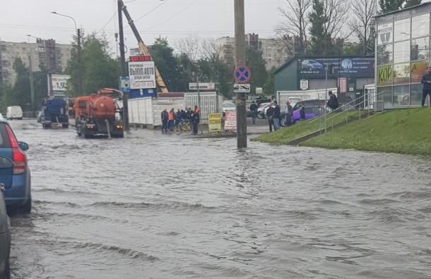 Ириновский проспект затопило из-за дождя