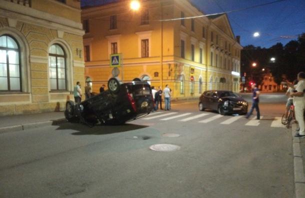 Авария сперевертышем произошла вцентре Петербурга