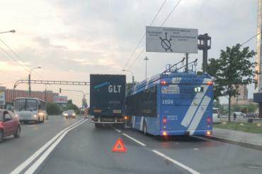 Грузовик сделал Краснопутиловскую улицу временно односторонней