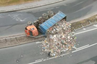 Груженый отходами мусоровоз перевернулся вПетербурге