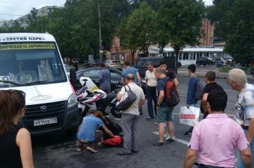 Мотоциклистка въехала вмаршрутку около «Академической»