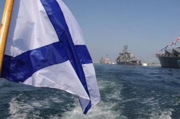 ВДень ВМФ пришлось останавливать фонтаны из-за купающихся вних людей