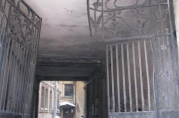 Дореволюционные ворота украли вцентре Петербурга