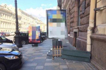 Незаконный рекламный щит вПетербурге удалили спустя год