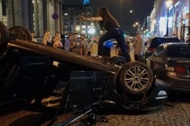 Минувшей ночью горожане фотографировались сразбитой машиной