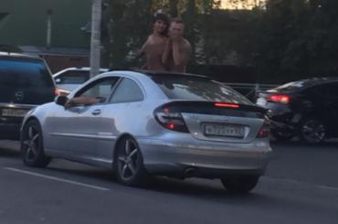 Петербургским водителям показали голую женскую грудь