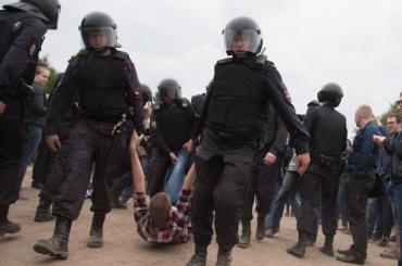 Упавший наполицейского намитинге Навального получил условный срок