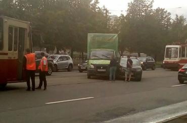 «Грузовичкофф» остановил трамваи напроспекте Науке