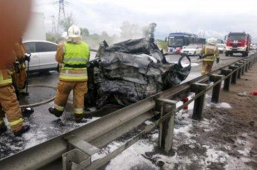 Автомобиль полыхал наКиевском шоссе после ДТП